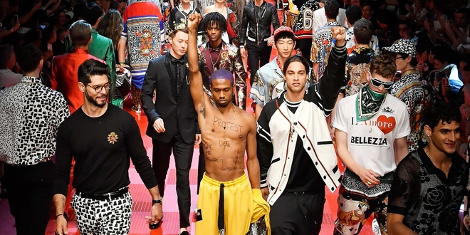 Dolce & Gabbana gay am i vi bi nguoi mau bieu tinh ngay trong show hinh anh 1