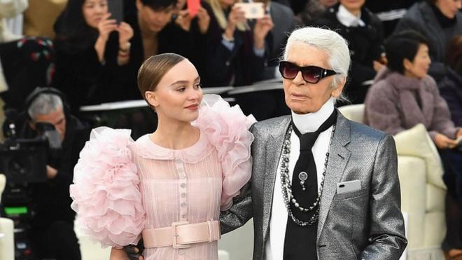 Lily-Rose Depp long lay o show thoi trang Chanel hinh anh