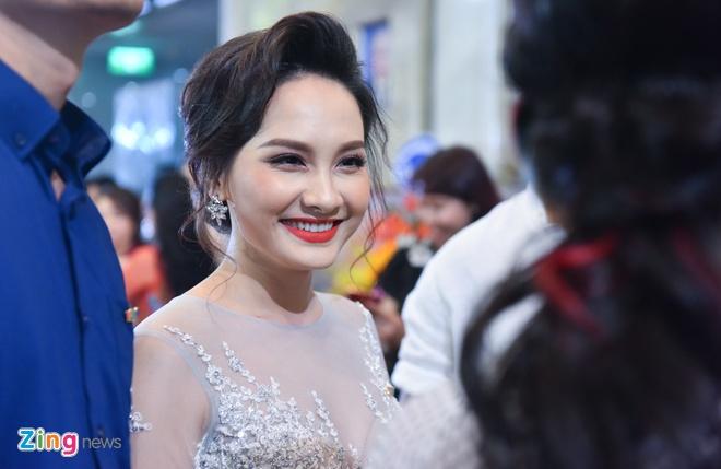 Bao Thanh rang ro ben chong tren tham do VTV Awards 2017 hinh anh 1