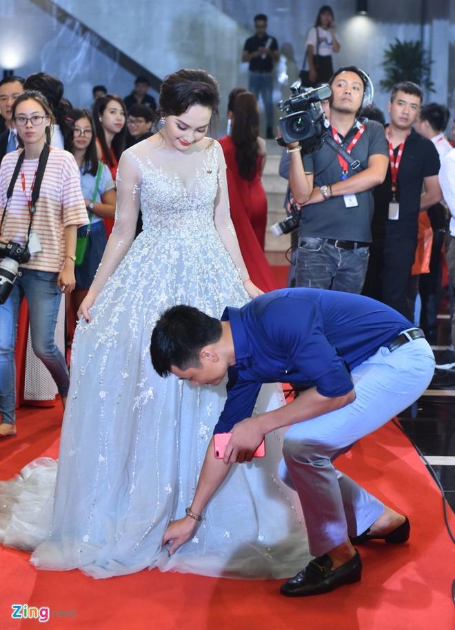 Bao Thanh rang ro ben chong tren tham do VTV Awards 2017 hinh anh 3