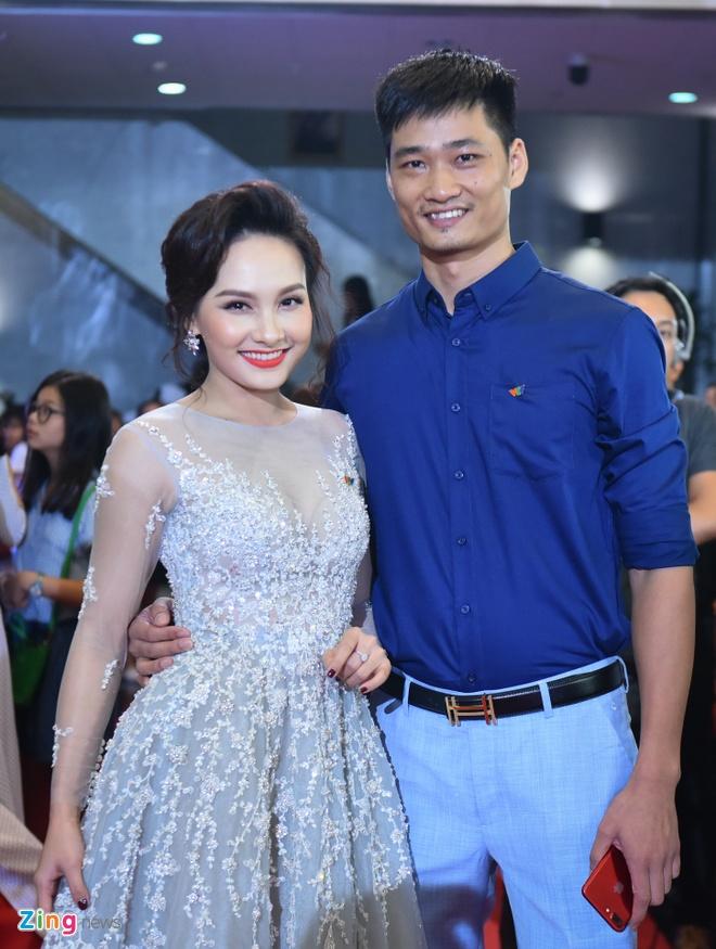 Bao Thanh rang ro ben chong tren tham do VTV Awards 2017 hinh anh 2
