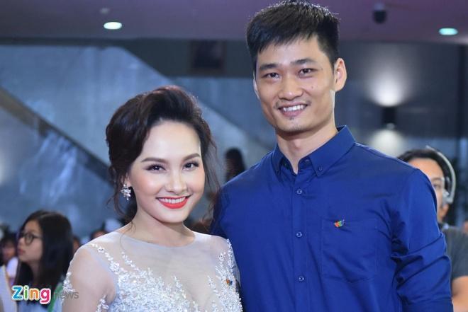 Bao Thanh rang ro ben chong tren tham do VTV Awards 2017 hinh anh