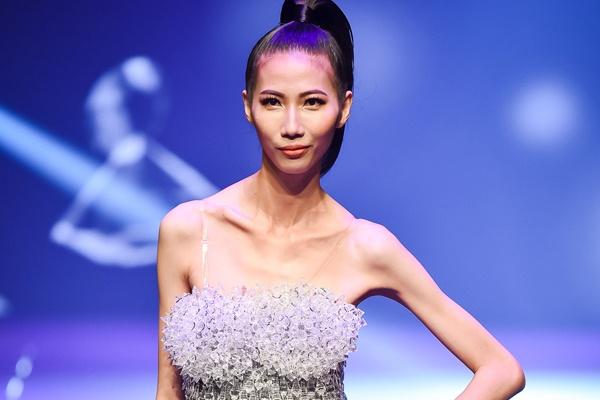 Cao Ngan gay tro xuong tren san khau chung ket Next Top Model hinh anh