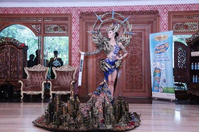 Trang phuc dan toc hoanh trang cua Hoa hau Hoa binh Indonesia hinh anh 1