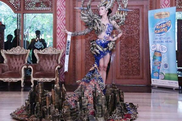 Trang phuc dan toc hoanh trang cua Hoa hau Hoa binh Indonesia hinh anh