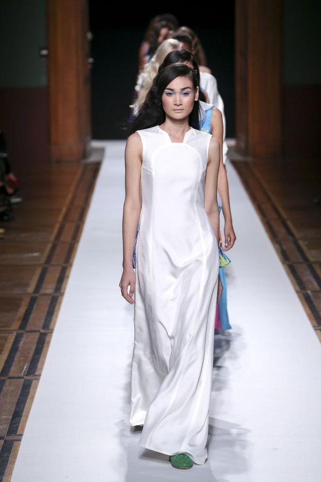 Nguoi mau Thuy Trang noi bat tren san dien Paris Fashion Week hinh anh 3