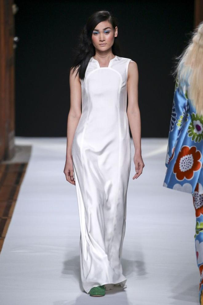 Nguoi mau Thuy Trang noi bat tren san dien Paris Fashion Week hinh anh 2