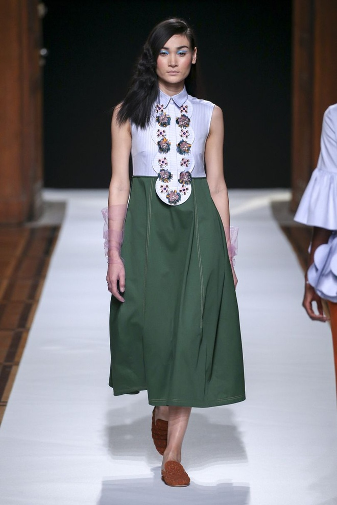 Nguoi mau Thuy Trang noi bat tren san dien Paris Fashion Week hinh anh 1