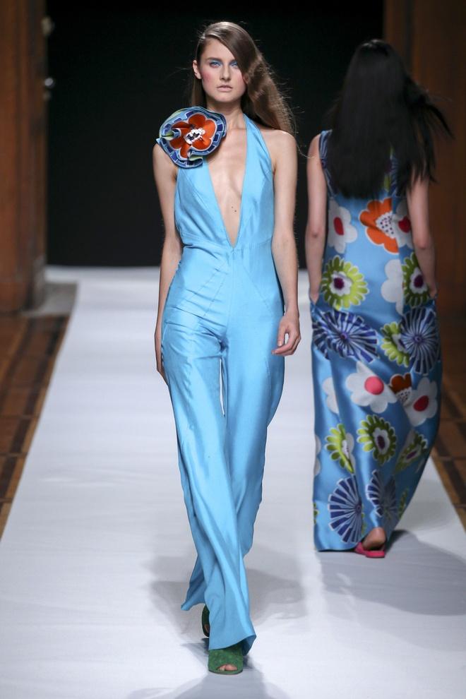 Nguoi mau Thuy Trang noi bat tren san dien Paris Fashion Week hinh anh 9