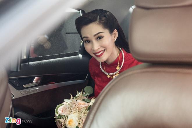 Hoa hau Dang Thu Thao chon ao dai ruc ro trong le ruoc dau hinh anh