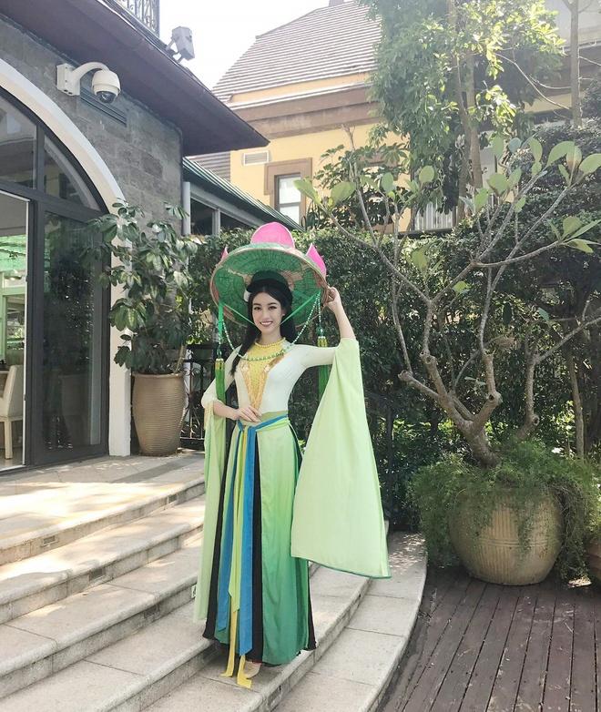 Hoa hau My Linh mac ao tu than, doi non quai thao o Miss World 2017 hinh anh 2