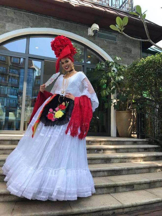 Hoa hau My Linh mac ao tu than, doi non quai thao o Miss World 2017 hinh anh 7
