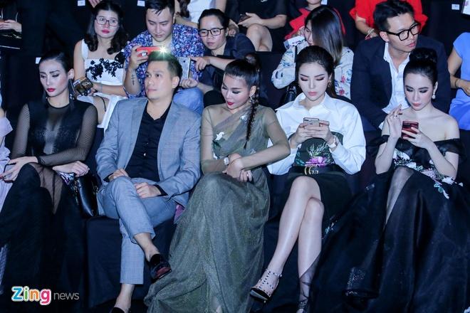 Angela Phuong Trinh, Ky Duyen ngoi hang ghe dau show thoi trang hinh anh 1