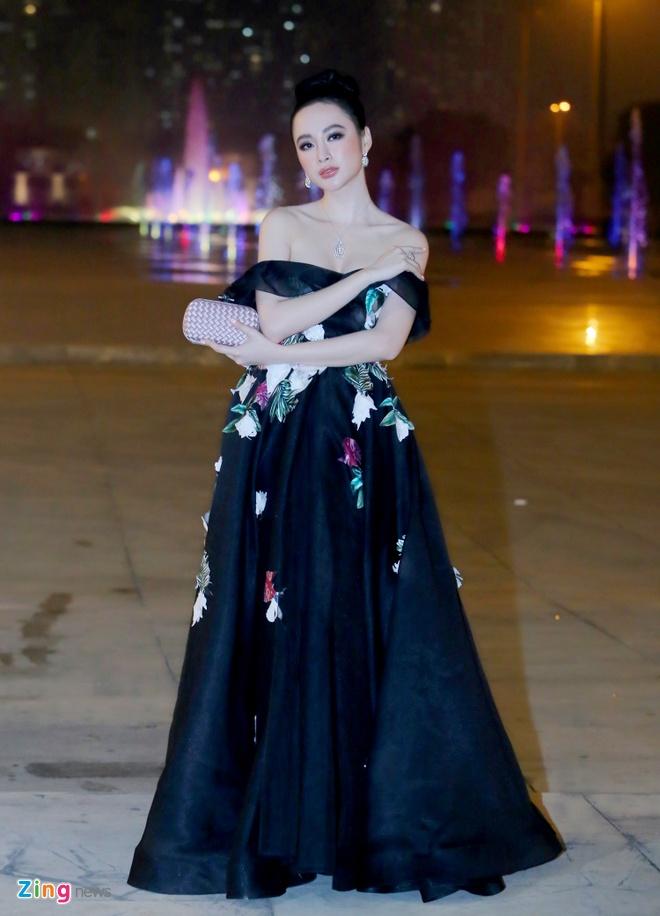 Angela Phuong Trinh, Ky Duyen ngoi hang ghe dau show thoi trang hinh anh 2
