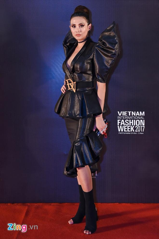 Duc Phuc mac kho hieu tren tham do Tuan le thoi trang quoc te Viet Nam hinh anh 5