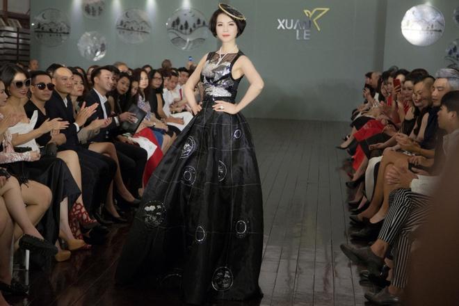 MC Thanh Mai dien vay dinh hang nghin vien da quy tren san catwalk hinh anh 1