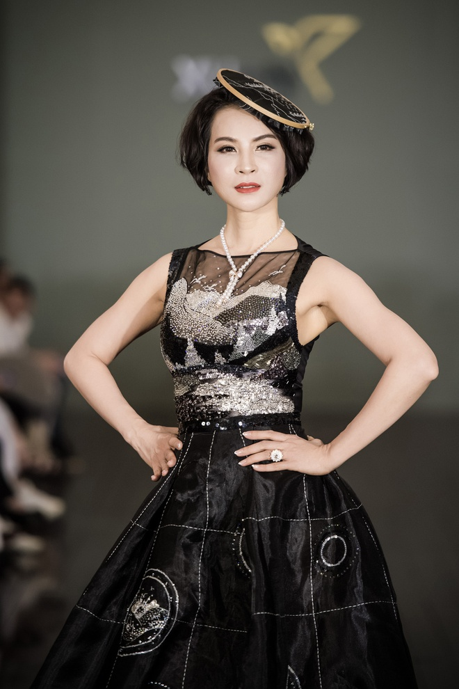 MC Thanh Mai dien vay dinh hang nghin vien da quy tren san catwalk hinh anh 2