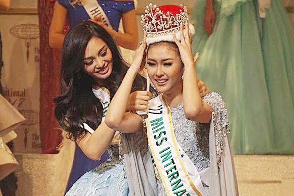 Nguoi dep Indonesia khoc nuc no khi dang quang Hoa hau Quoc te 2017 hinh anh
