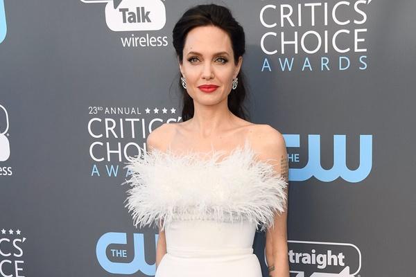 Angelina Jolie vao nhom sao dep nhat tham xanh Critics' Choice Awards hinh anh