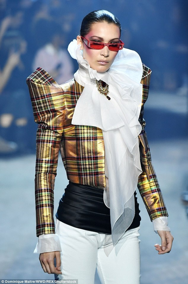Bella Hadid gap su co trang phuc tren san dien Paris Fashion Week hinh anh 2