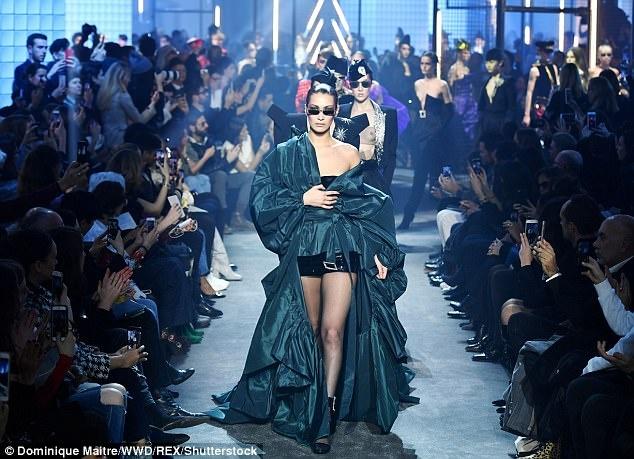 Bella Hadid gap su co trang phuc tren san dien Paris Fashion Week hinh anh 1