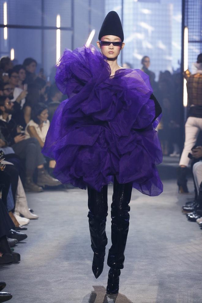 Bella Hadid gap su co trang phuc tren san dien Paris Fashion Week hinh anh 9