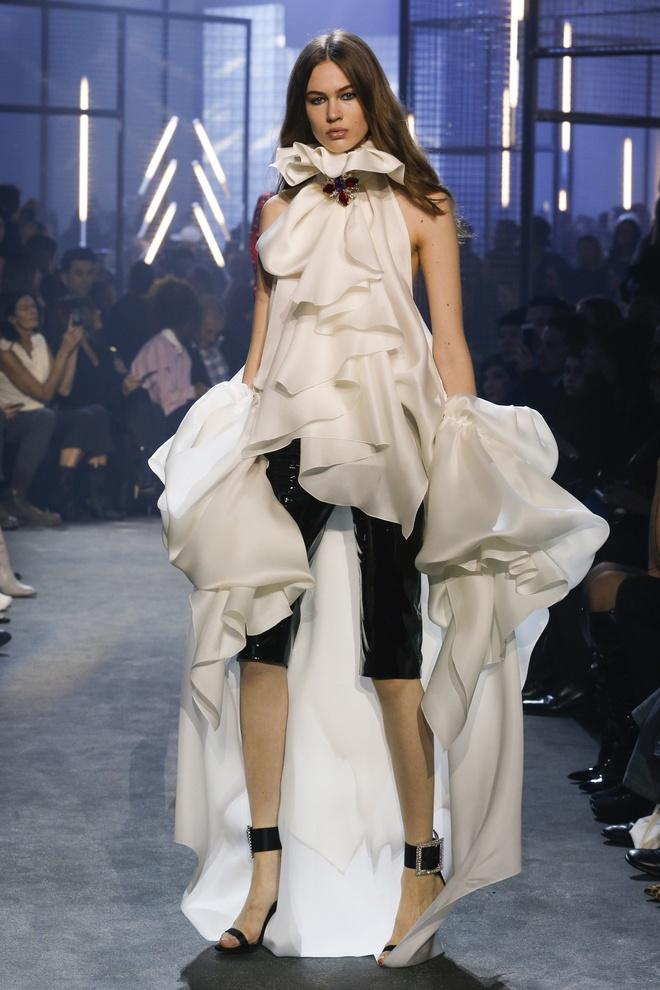 Bella Hadid gap su co trang phuc tren san dien Paris Fashion Week hinh anh 7