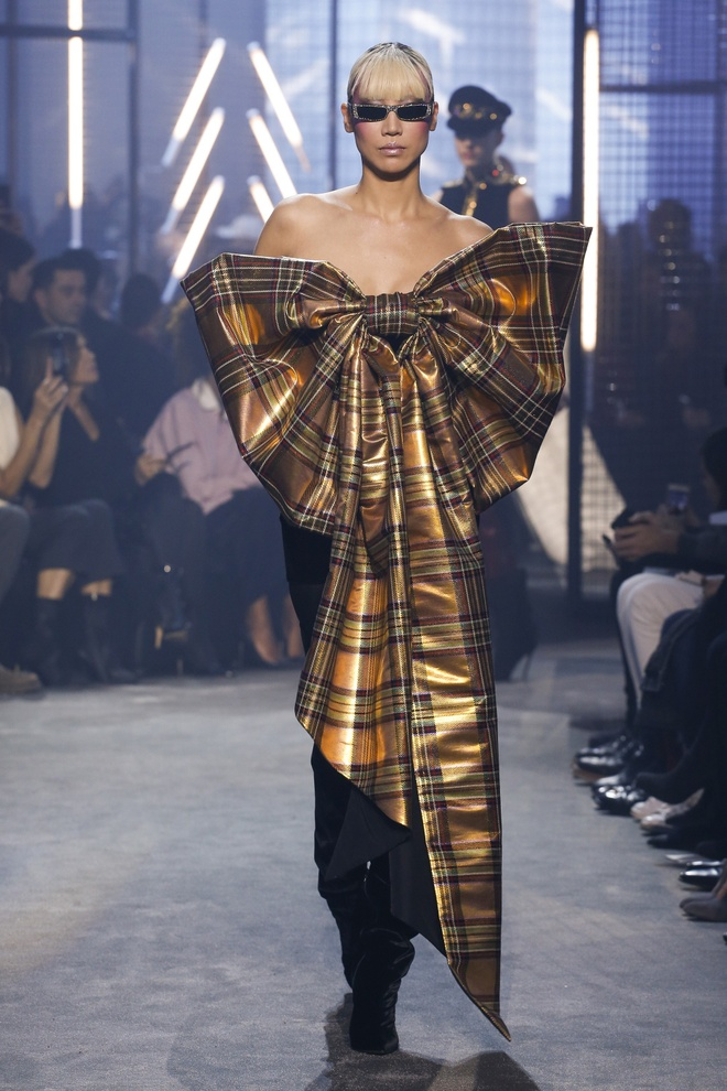 Bella Hadid gap su co trang phuc tren san dien Paris Fashion Week hinh anh 6