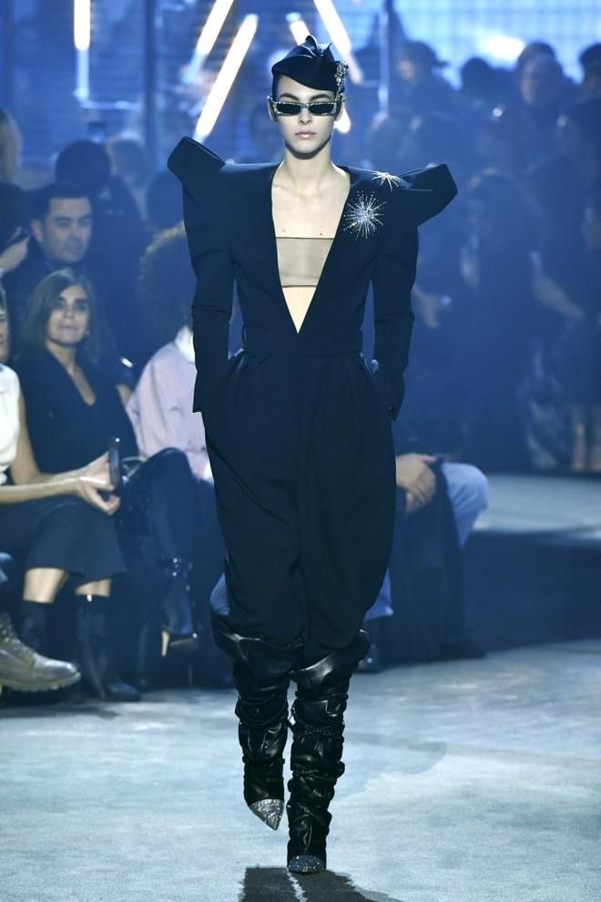 Bella Hadid gap su co trang phuc tren san dien Paris Fashion Week hinh anh 3