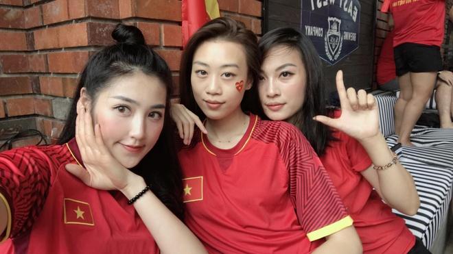 Hoa hau, a hau Viet mac ao co do co vu doi tuyen U23 o chung ket hinh anh 2