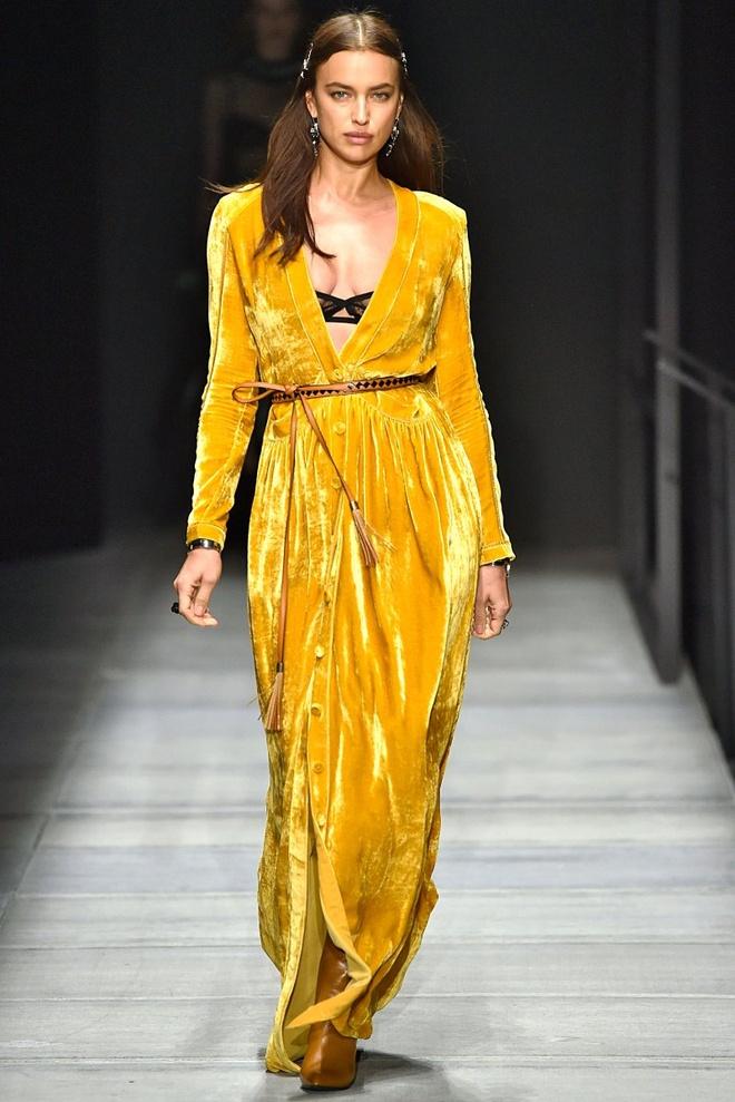 Nhung nguoi mau thong tri san dien New York Fashion Week 2018 hinh anh 2