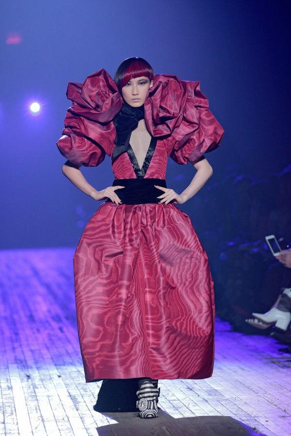 10 trang phuc ky quai nhat san dien New York Fashion Week 2018 hinh anh 3