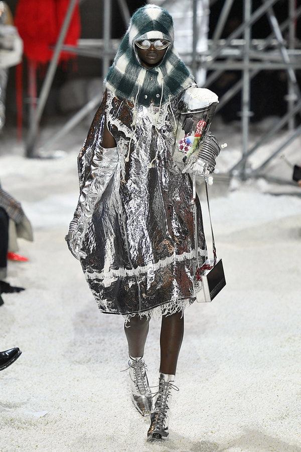 10 trang phuc ky quai nhat san dien New York Fashion Week 2018 hinh anh 1