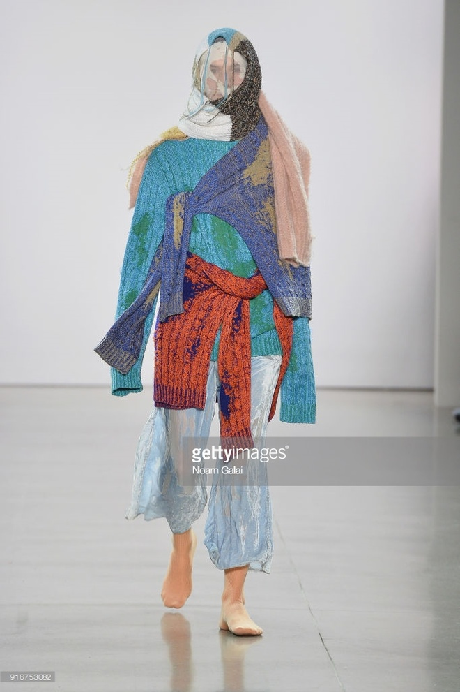 10 trang phuc ky quai nhat san dien New York Fashion Week 2018 hinh anh 9