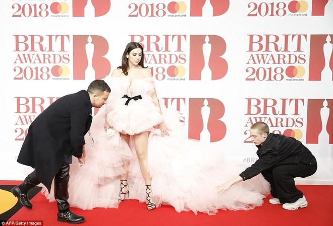 Dan nguoi dep long lay vay ao hang hieu tren tham do Brit Awards hinh anh 3