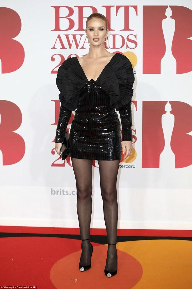 Dan nguoi dep long lay vay ao hang hieu tren tham do Brit Awards hinh anh 10