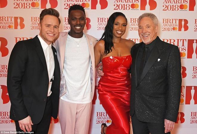 Dan nguoi dep long lay vay ao hang hieu tren tham do Brit Awards hinh anh 12