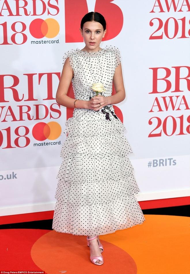 Dan nguoi dep long lay vay ao hang hieu tren tham do Brit Awards hinh anh 11