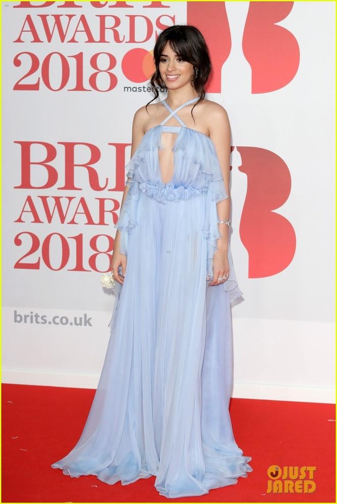 Dan nguoi dep long lay vay ao hang hieu tren tham do Brit Awards hinh anh 7