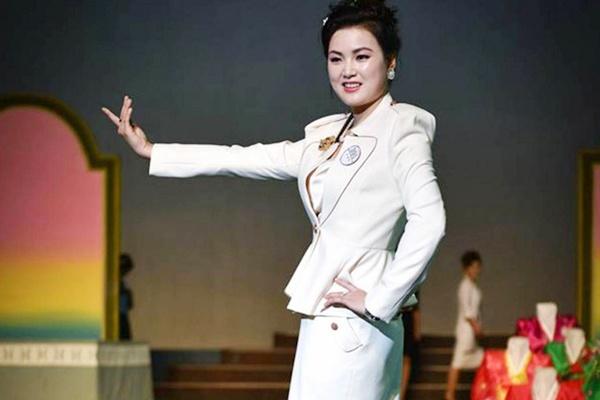 The gioi thoi trang bi an tai Trieu Tien: Cam mac quan jeans xanh hinh anh
