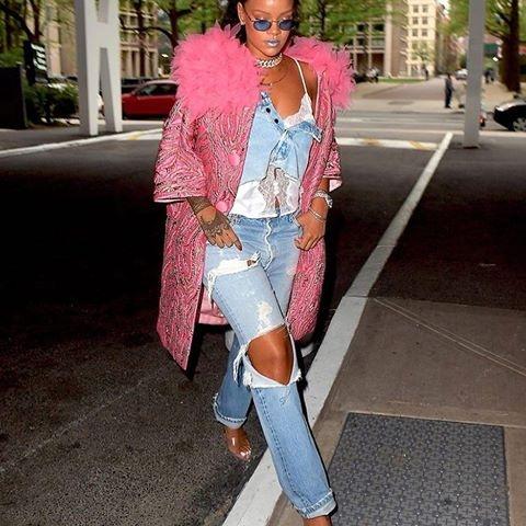 Rihanna mac chan vay denim thanh ao: An tuong hay tham hoa? hinh anh 1