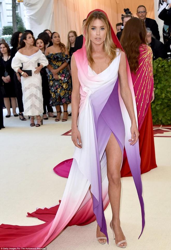 Selena Gomez, Scarlett Johansson bi che mac 'tham hoa' tai Met Gala hinh anh 2