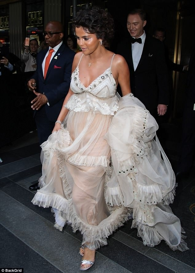 Selena Gomez bi che nhot nhat, phat tuong tren tham do Met Gala hinh anh 1