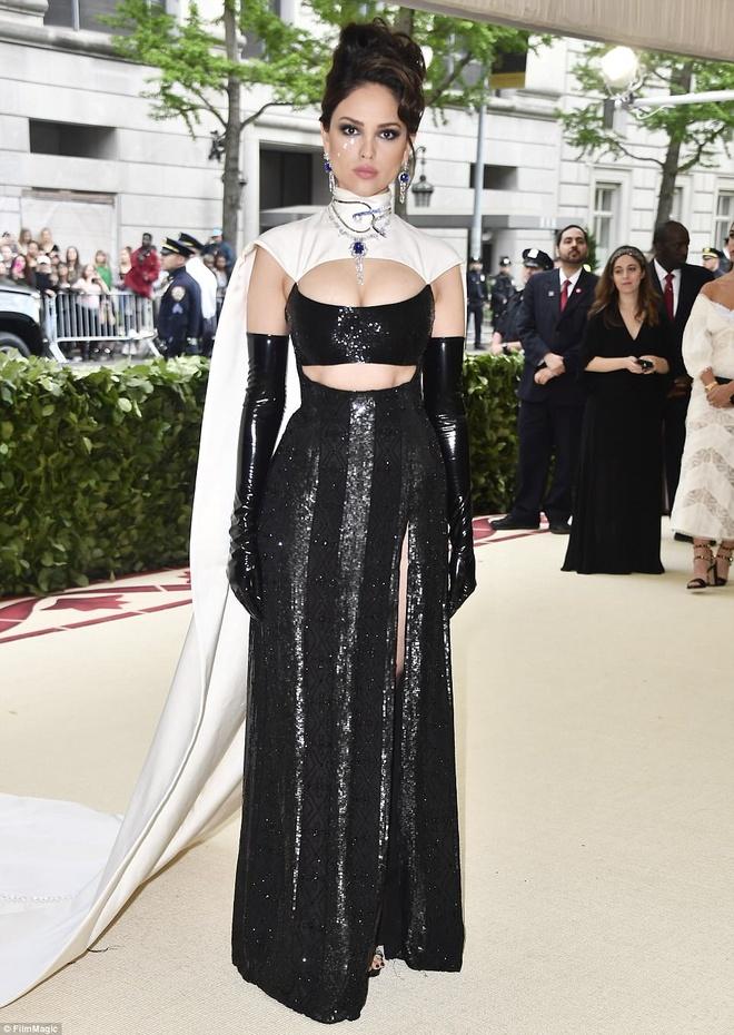 Selena Gomez, Scarlett Johansson bi che mac 'tham hoa' tai Met Gala hinh anh 6