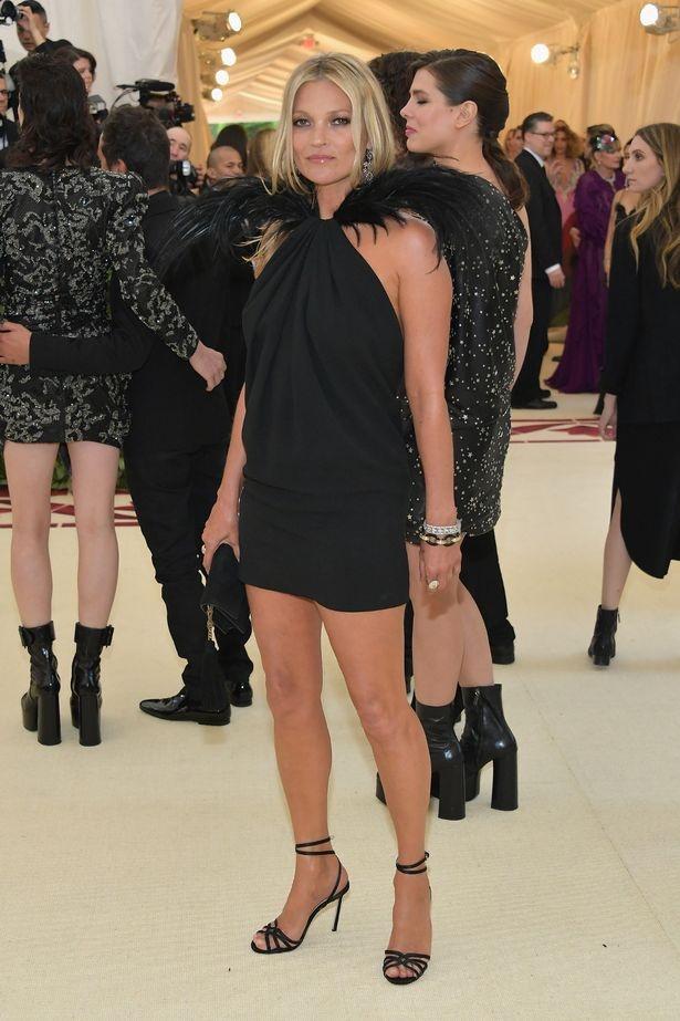 Selena Gomez, Scarlett Johansson bi che mac 'tham hoa' tai Met Gala hinh anh 3
