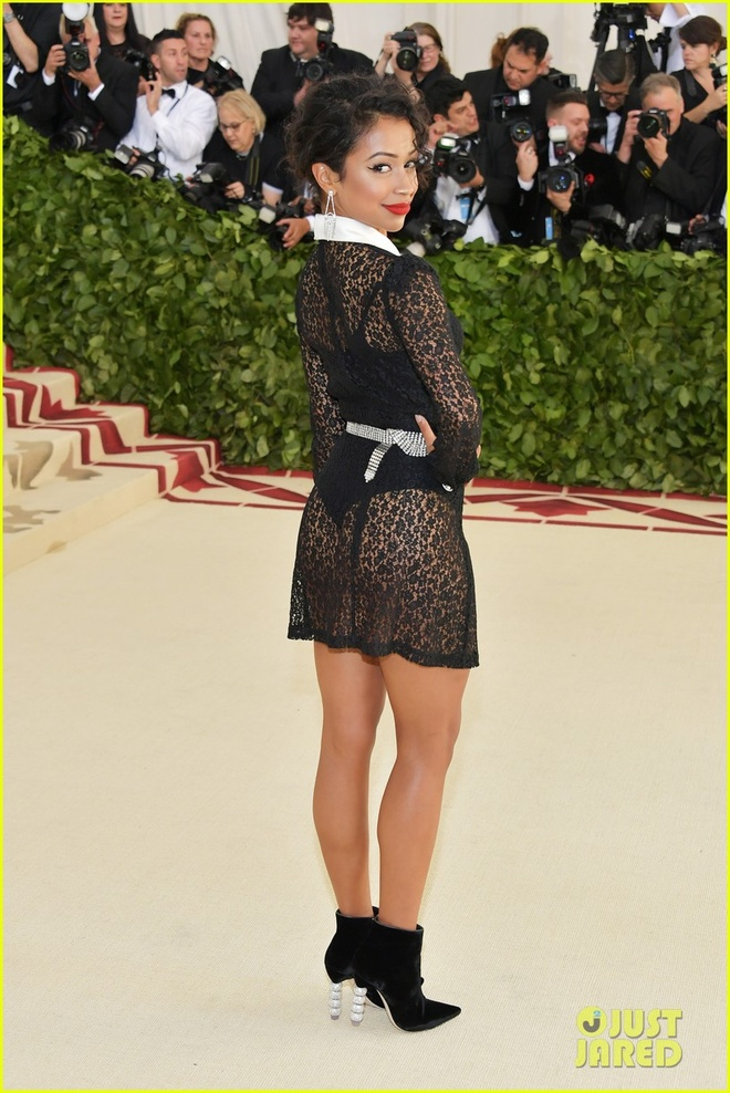 Selena Gomez, Scarlett Johansson bi che mac 'tham hoa' tai Met Gala hinh anh 10