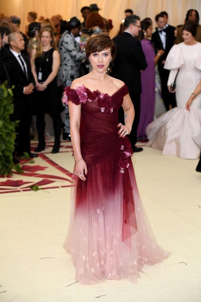 Selena Gomez, Scarlett Johansson bi che mac 'tham hoa' tai Met Gala hinh anh 4