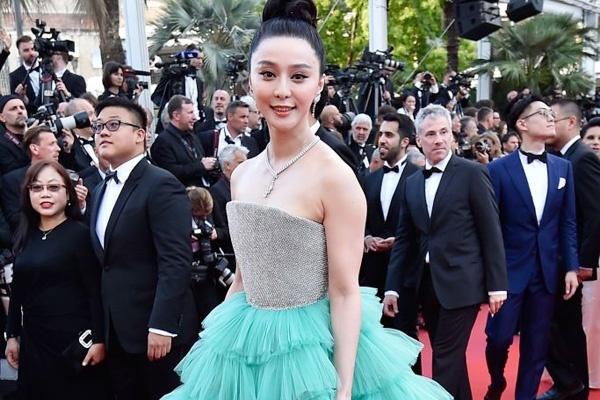 Boc mac vay hieu cua Pham Bang Bang va dan sao tren tham do Cannes hinh anh