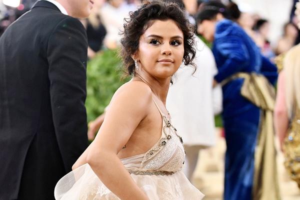 Selena Gomez so hinh anh cua chinh minh tai Met Gala? hinh anh