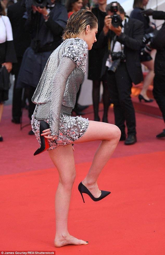 Kristen Stewart gay xon xao tham do voi man coi giay, di chan tran hinh anh 5